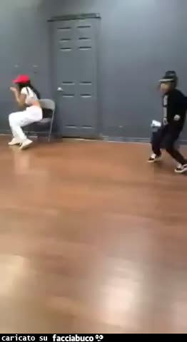 Bambino che balla benissimo
